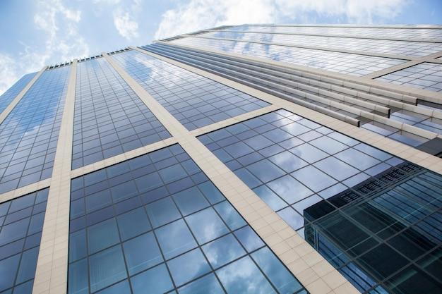 Bâtiment abstrait. mur de verre bleu de gratte-ciel