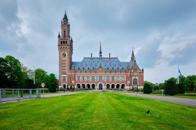 Le bâtiment administratif de droit international du palais de la paix à la haye, pays-bas