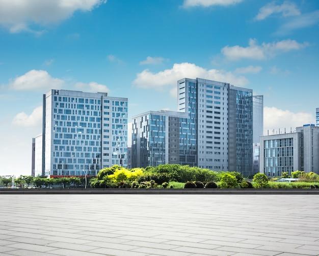 Bâtiment d'affaires moderne avec mur en verre du sol vide