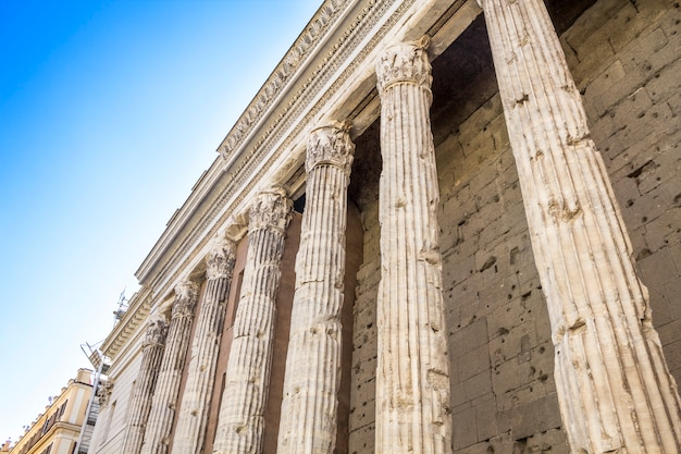 Bâtiment ancien à colonnes