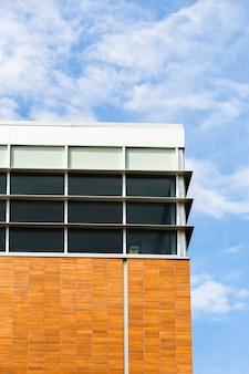Bâtiment à angle faible avec fenêtres et mur de briques