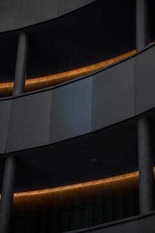 Bâtiment en béton gris avec des lumières