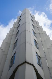 Bâtiment en béton symétrique