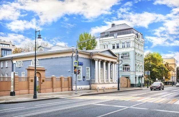 Bâtiment en bois du musée tourgueniev sur la rue ostozhenka à moscou par un matin ensoleillé d'automne. inscription : maison-musée de tourgueniev