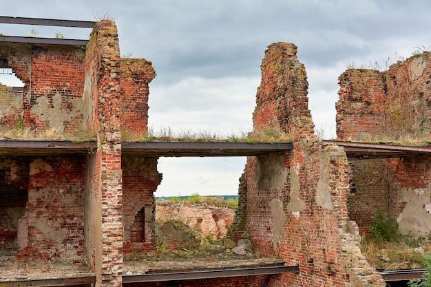 Un bâtiment en brique détruit sur le territoire de la forteresse d'oreshek