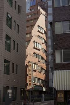 Bâtiment en brique rouge baigné de lumière