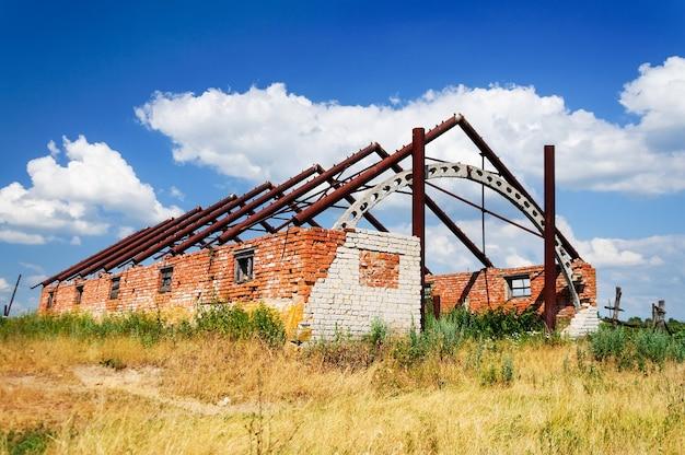 Bâtiment en briques détruit sans toit à la campagne.