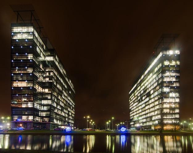 Bâtiment de bureaux locaux extérieur vue de nuit