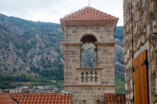 Bâtiment avec des carreaux d'argile orange et les fenêtres ouvertes