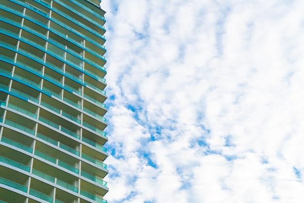 Bâtiment avec ciel nuageux et espace de copie