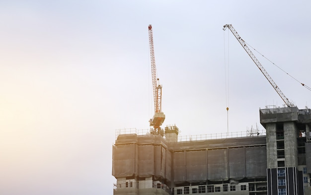 Bâtiment en construction au soleil du soir.