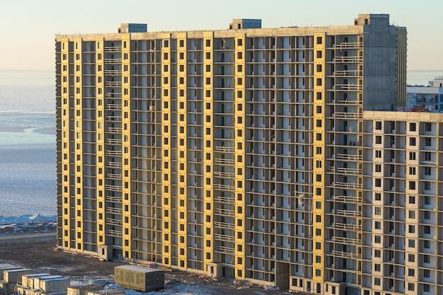 Bâtiment en construction. chantier de construction. urbain. immeuble de grande hauteur.