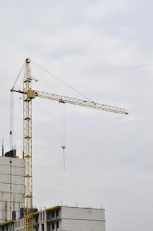 Bâtiment en construction avec grue