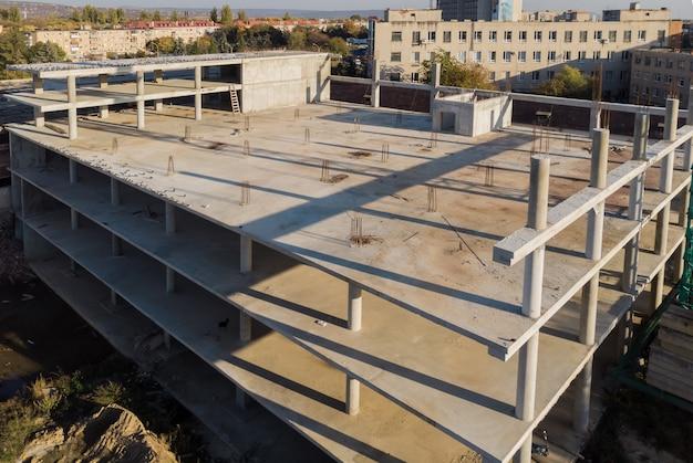 Bâtiment en cours de construction, béton et raccords adhésifs chantier de construction commerciale