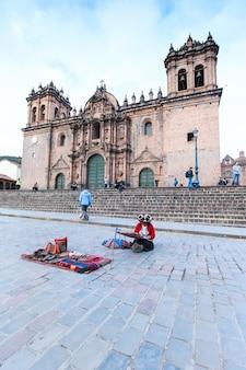 Le bâtiment de cusco au pérou a été achevé en 1654, près de cent ans après le début de la construction.