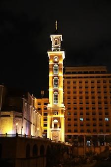 Le bâtiment dans le centre de beyrouth la nuit au liban