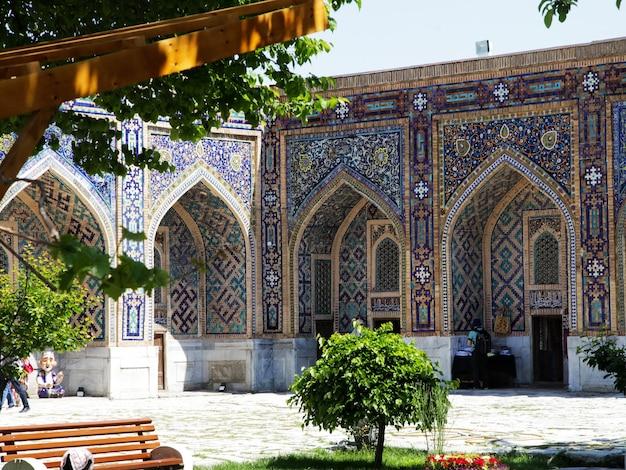 Un bâtiment décoré de mosaïques dans la cour de la médersa d'oulougbek sur la place du registan à smarkand en ouzbékistan. 29.04.2019