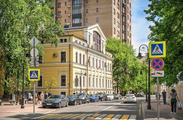 Le bâtiment du bureau de représentation du gouvernement de saint-pétersbourg sur la rue spiridonovka à moscou par une journée ensoleillée d'été