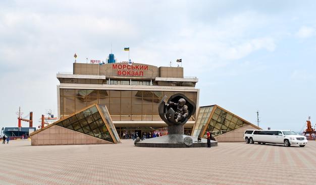 Bâtiment du port d'odessa. la mer noire, ukraine