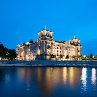 Le bâtiment du reichstag la nuit à berlin
