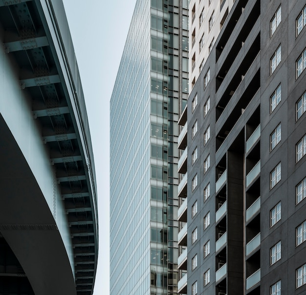 Bâtiment du siège social de l'entreprise avec façade en verre