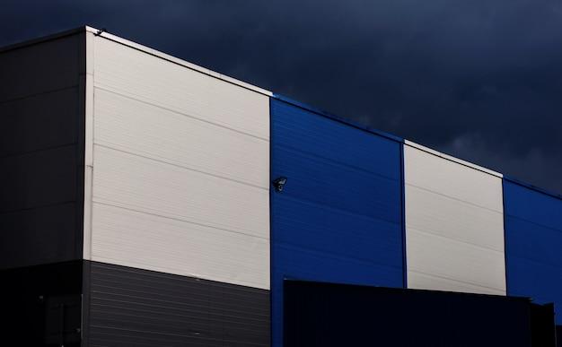 Bâtiment d'entrepôt avec ciel sombre