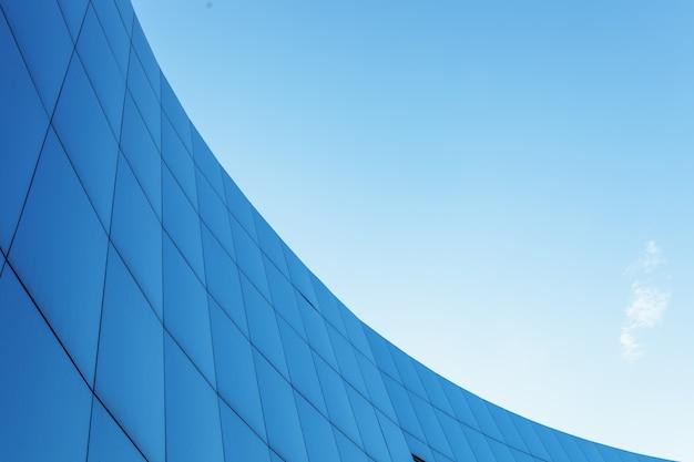 Bâtiment d'entreprise sur le fond de ciel bleu avec lieu isolé pour le texte