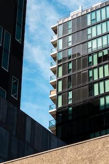 Bâtiment à faible angle avec de nombreuses fenêtres