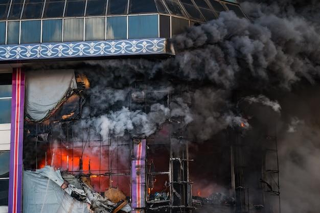 Bâtiment en feu dans une épaisse fumée