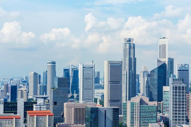 Bâtiment financier moderne avec ciel bleu et nuage
