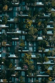 Bâtiment futuriste avec des décorations naturelles sur sa façade