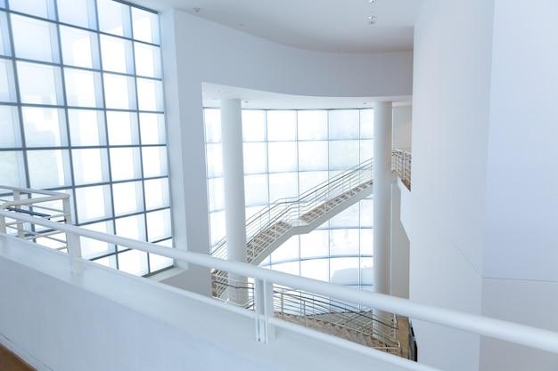 Bâtiment high tech avec toit vitré