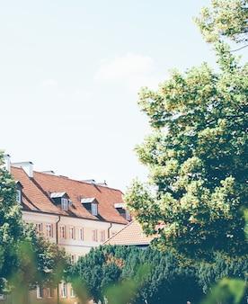 Bâtiment historique dans la vieille ville en été
