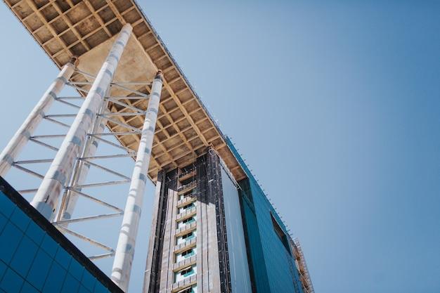 Bâtiment inachevé, photo de gratte-ciel sur fond de ciel