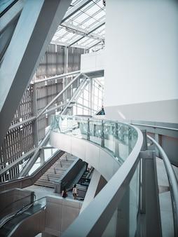 Bâtiment intérieur moderne aux couleurs claires