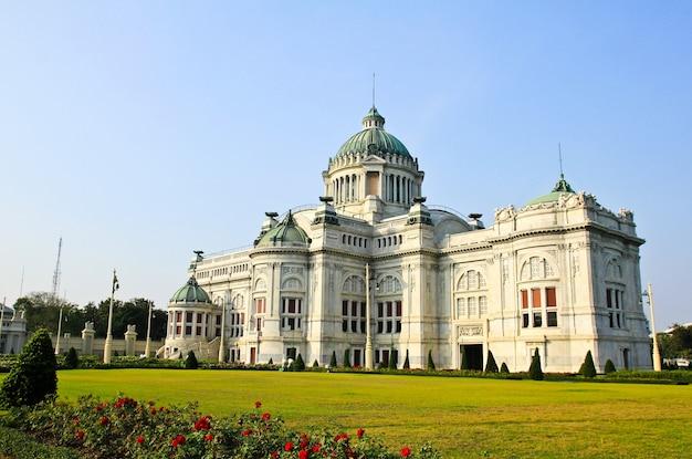 Bâtiment de marbre de la salle du trône à bangkok, où siège la législature nationale.