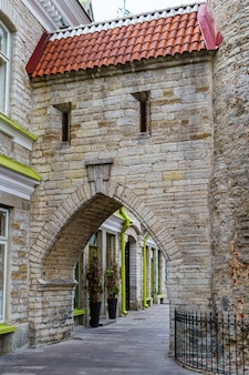 Bâtiment médiéval avec porte voûtée et fenêtres étroites.