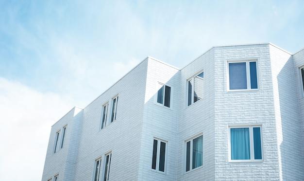Bâtiment minimal blanc ou appartement avec ciel