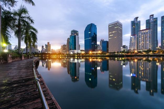 Bâtiment moderne d'affaires de bureau de bangkok dans la zone d'affaires.