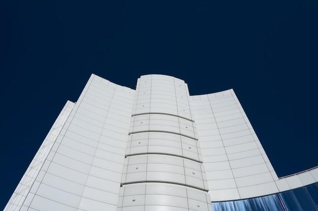 Bâtiment moderne blanc élevé