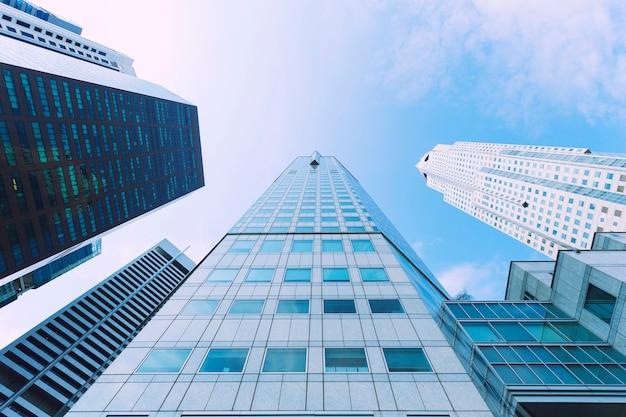 Bâtiment moderne élevé dans le centre-ville avec un ciel bleu.