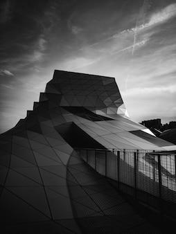 Bâtiment moderne géométrique en noir et blanc