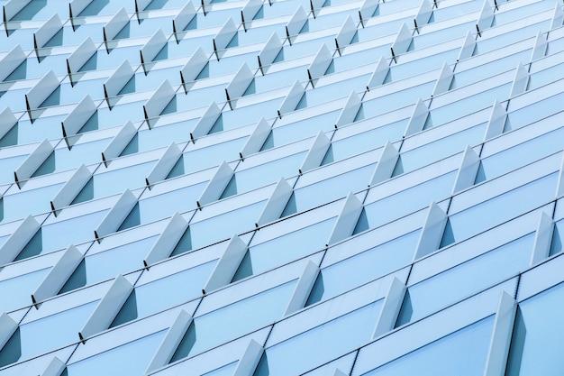 Bâtiment moderne imposant à faible angle