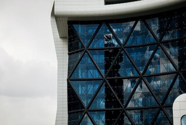 Bâtiment moderne en verre au design futuriste