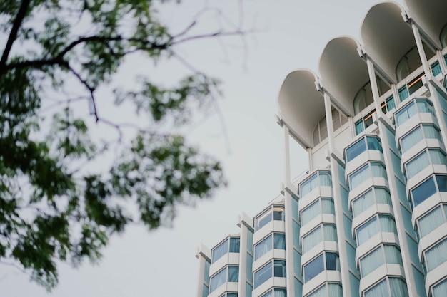 Bâtiment moderne vu d'en bas