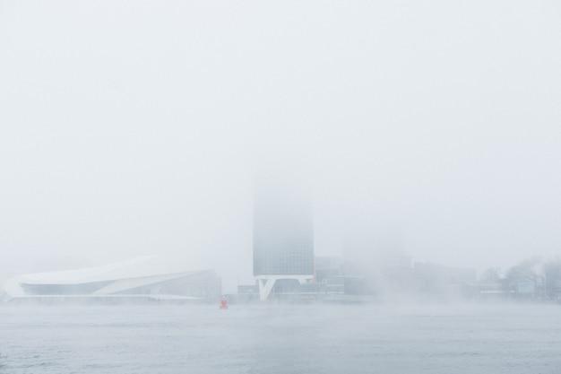 Un bâtiment mystérieux dans le brouillard