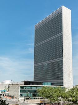 Le bâtiment des nations unies à new york est le siège de l'organisation des nations unies.