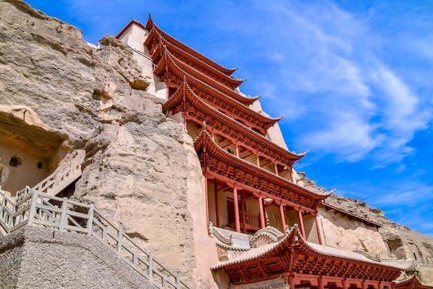 Bâtiment De Neuf étages Des Grottes De Mogao Patrimoine Culturel Mondial De L'unesco à Dunhuang, Chine Photo Premium