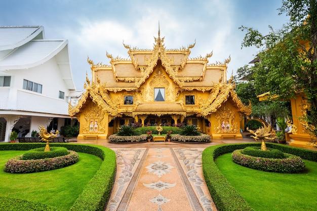 Bâtiment d'or au wat rong khun (temple blanc), chiang rai, thaïlande