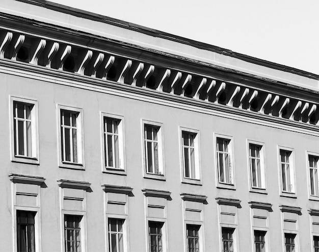 Bâtiment avec perspective diagonale de plusieurs fenêtres